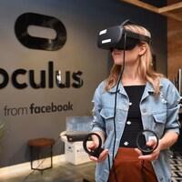 Une femme utilise un casque de réalité virtuelle dans les bureaux d'Oculus.