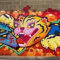 Un tigre peint sur un mur extérieur.