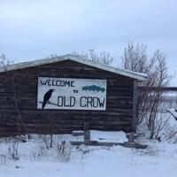 Un panneau souhaitant la bienvenue à Old Crow.