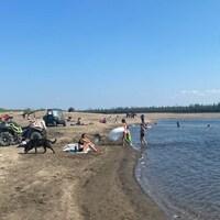 Une plage à Old Crow, dans le nord du Yukon.