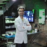 Olivier Bernard, alias Le Pharmachien, pose en blouse blanche dans le laboratoire de son émission <i>Les aventures du Pharmachien</i>.