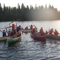 Les enfants du camp Ongrandi à Moonbeam peuvent faire du canot sur le lac Rémi.