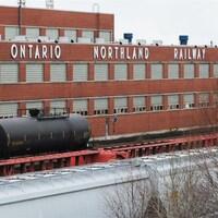 Vue extérieur des atelier de réparations de la Commission de transport Ontario Northland à North Bay en Ontario.