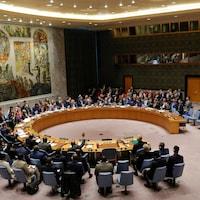 Des gens sont réunis dans l'enceinte du Conseil de sécurité de l'ONU.