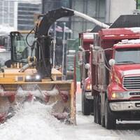 Une opération de ramassage de la neige à Montréal.