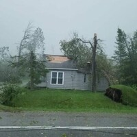 Une partie du toit de la maison est parti au vent.