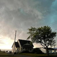 Un orage au dessus de maisons.