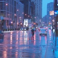 Une rue du centre-ville de Toronto sous la pluie