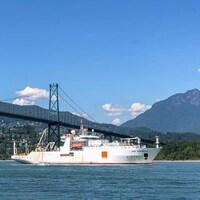 un bateau sous le pont Lion's Gate de Vancouver.
