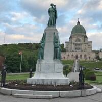 Vue panoramique de la statue, avec l'oratoire Saint-Joseph en arrière-plan.