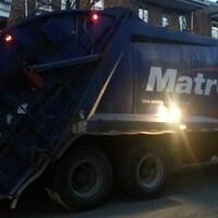 Un camion de l'entreprise Matrec ramasse les ordures dans Limoilou en début de soirée (archives).