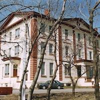 Un immeuble de trois étages.