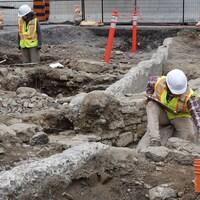 Des travailleurs creusent dans le cadre des travaux de rénovation de l'édifice du Centre de la colline du Parlement, à Ottawa.