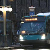 Un autobus de la STO à un arrêt à Ottawa.