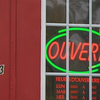 Une affiche lumineuse indique qu'un commerce est ouvert.