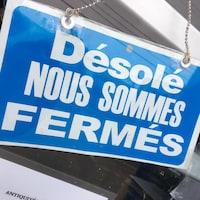 Une affiche qui présente un commerce fermé
