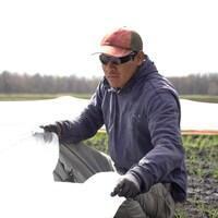 Un ouvrier travaille dans un champ.