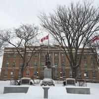 Le palais de justice de Sault-Sainte-Marie en hiver.