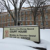 Photo de la façade du palais de justice de Sault -Sainte-Marie en Ontario.