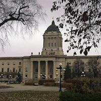 La vue devant le palais législatif du Manitoba, à Winnipeg.