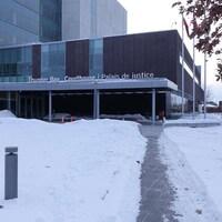 L'édifice du palais de justice avec de la neige au sol.