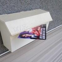 Une boite aux lettres avec un pamphlet