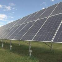 Une installation de panneaux solaires dans un champs.