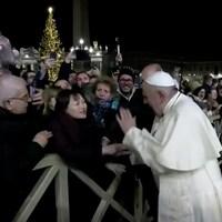 Le pape François tape la main d'une femme qui a saisi son bras à la place Saint-Pierre.