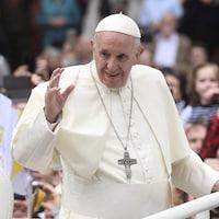 Le pape François salue la foule à Dublin en Irlande le 26 août 2018.