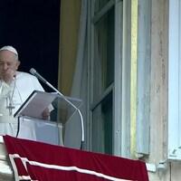 Le pape François, à sa fenêtre sur la place Saint-Pierre, tourne la tête et tousse dans son poing.