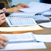 Mains de personnes et documents sur une table