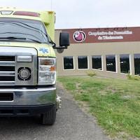 Une ambulance de la CPT stationnée devant la caserne.