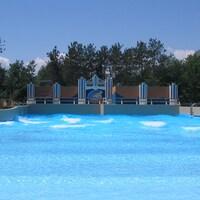 La piscine à vague vide de gens.