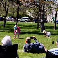 Les parents et les enfants dans un parc.