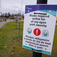 Une affiche de la Ville d'Ottawa sur laquelle on peut lire que le masque est obligatoire dans le parc.