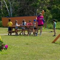 Des enfants s'amusent dans cet air de jeux conçus pour eux.