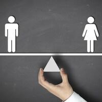 Une balance avec un symbole d'homme à gauche et un symbole de femme à droite