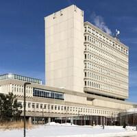 Un édifice d'au moins huit étages en hiver