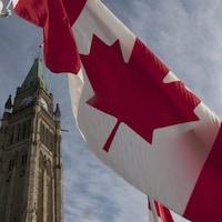 Un drapeau du Canada flotte au vent, sur la colline du Parlement, à Ottawa.