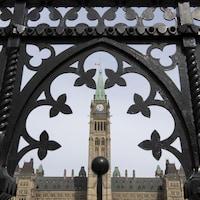 Le bâtiment du Parlement vu de face.