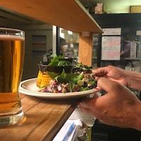 À Rimouski, certains restaurants, comme le Café-Bistro Le Bercail et Cuisine et Dépendance ont adopté un système de partage des pourboires.