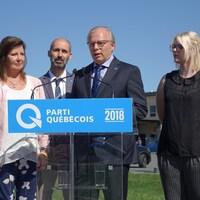 Le chef du Parti québécois est devant l'hôpital Hôtel-Dieu de Sorel-Tracy, avec Diane Lavallée, Diane Lamarre, Éric Tremblay, Roxanne Giroux-Lévesque et Sylvain Rochon.