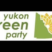 La forme géographique du Yukon surmonté d'une fleur jaune, à côté de laquelle est écrit, en anglais, le nom du Parti vert du Yukon.