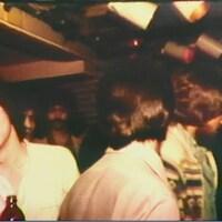Jeune gens visiblement éméchés qui festoient dans un bar.