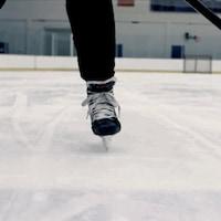 Patins et bâton de hockey