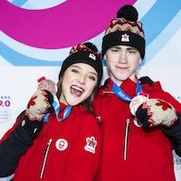 Les Canadiens Natalie D'Alessandro et Bruce Waddell sont montés sur la troisième marche du podium de la compétition par équipe multination de patinage artistique.