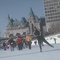 Des patineurs patinent en grand nombre sur la patinoire du canal Rideau.