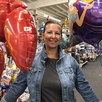 Patricia Graham entourée de ballons de fête.