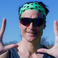 Patrick Charlebois avec des lunettes fumées et un bandeau qui montre ses dix doigts