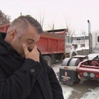 L'ex-camionneur Patrick Forgues conduisait un tracteur routier identique à celui sur cette photo quand il a eu un grave accident en 2013. Aux côtés de l'engin, les souvenirs - les mauvais comme les meilleurs - lui reviennent à l'esprit.